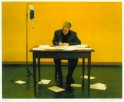 Man aan Tafel met Infuus en Pen